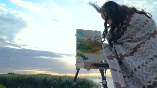Genc Kadin Deniz Kenarinda Acik Havada Ekose Boyama Giymis Cekimi