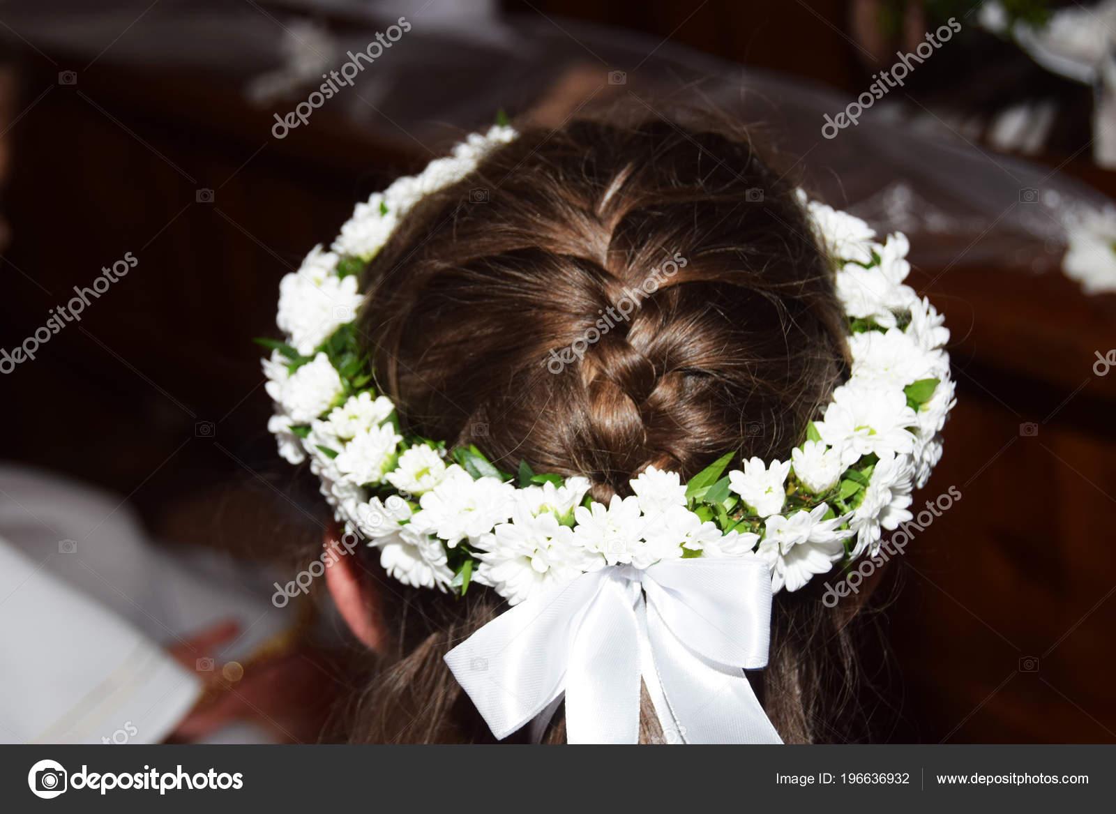 Kranz Aus Blumen Auf Ihr Haar Mädchen Heilige Kommunion Stockfoto