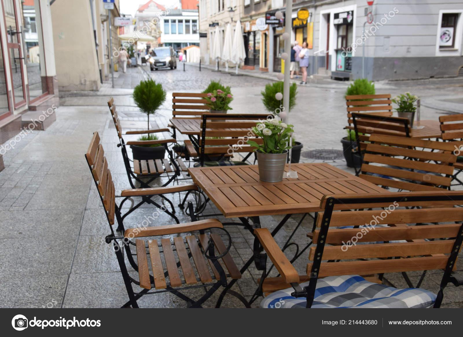 Banc Métal Avec Une Table Ronde Une Chaise Vide Face Photographie
