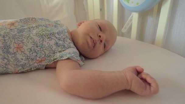 Novorozence dívka v postýlce před denní spánek