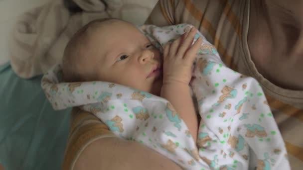 Babičko, vnučka miminko v náručí kývání