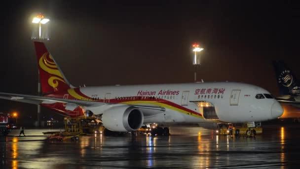 Boeing 787-8 de Hainan Airlines no aeroporto de Sheremetyevo à noite–  gráficos de vetor c1f30fce40eaa