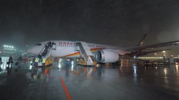 Desembarque de avião de Hainan Airlines no aeroporto de Sheremetyevo à  noite — Vídeo de Stock. Moscovo ... c8d7319edc788