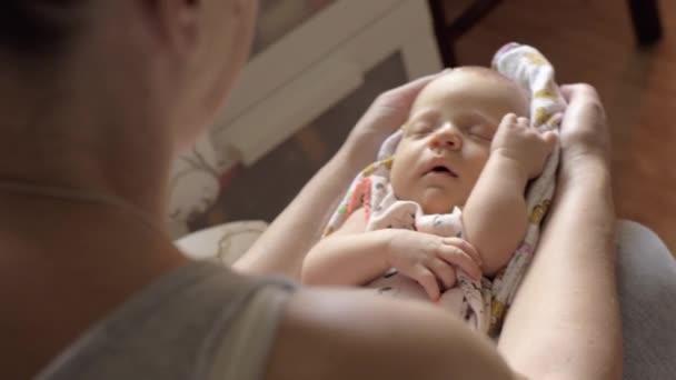 Nonna nipote neonata baby-sitter