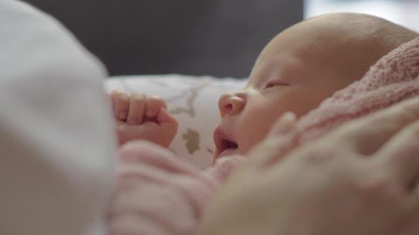 Mami, hladil jemně ospalý novorozeně