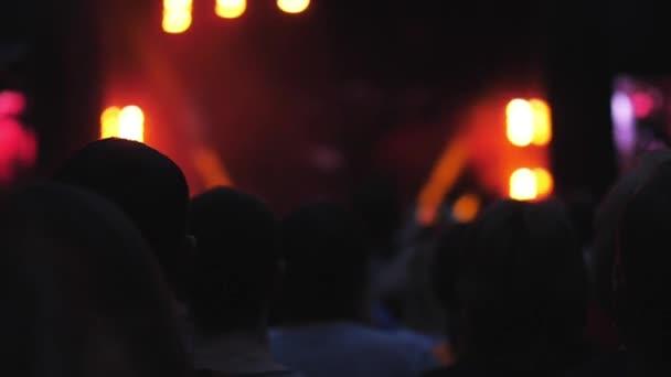 Světlé fázi světla v temné a publikum se těší na koncert