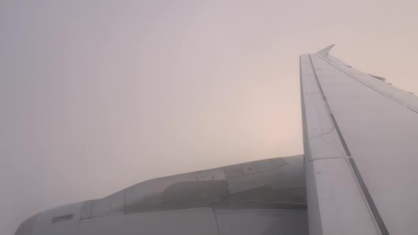 Letadlo letí mraky, pohled z uvnitř