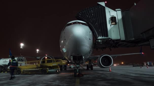 Timelapse zavazadel načítání a nástup na palubu letadla Flydubai v zimní noci