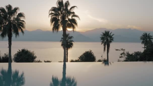 Sunset Resort mit Swimming Pool, Meer und Berge-Szene
