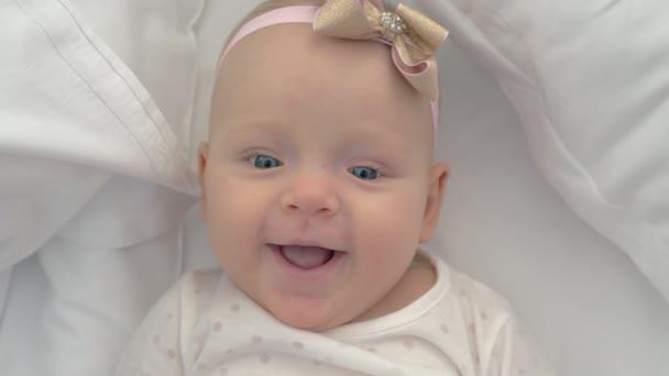 Ať se usmívám modrooký holčičku stáří šesti měsíců