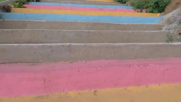 Chůze po barevné venkovní schodiště
