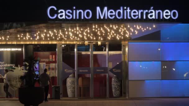 Dva muži do kasina Mediterraneo v noci