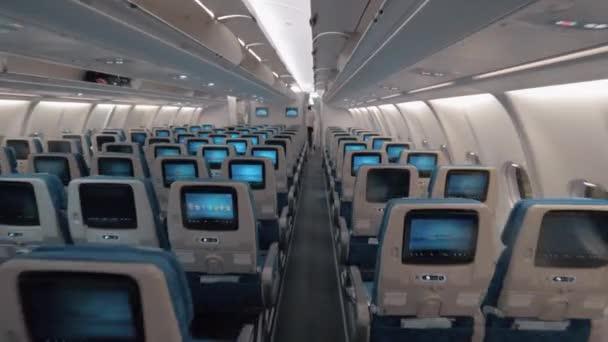 Kabina letadla s uličkou a prázdných míst ekonomické třídy