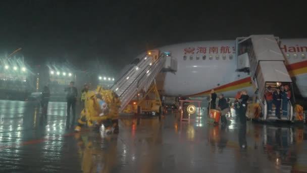 Moscovo Rússia Outubro 2017 Desempenho Dragão Chinês Após Chegada Avião —  Vídeo de Stock 28e3f24041352