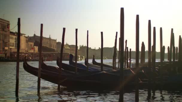 Széles lövés gondola hajók szállíthatnak Velence Olaszországban