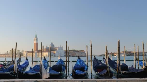 Mnoho lodí gondole v Benátkách
