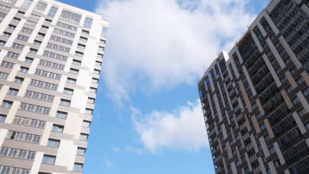 Nové bytové domy proti obloze