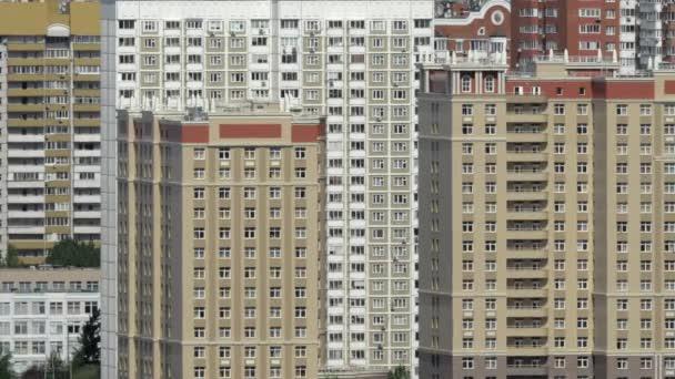 Moskevské panoráma s mnoha výškových obytných bloků. Hustě obydlené město, Rusko