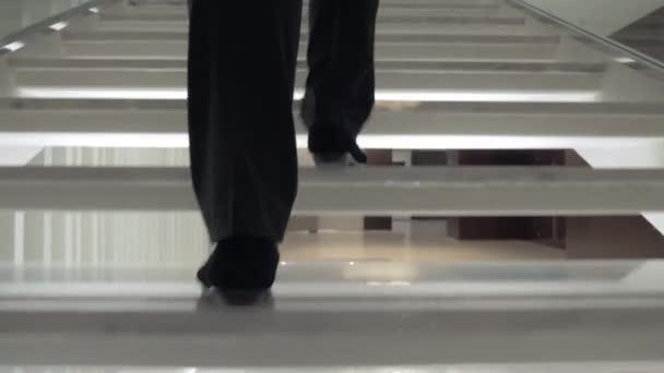 Žena bílé schodiště v hotelu