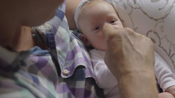 Attento e amorevole nonno con la nipote di bambino