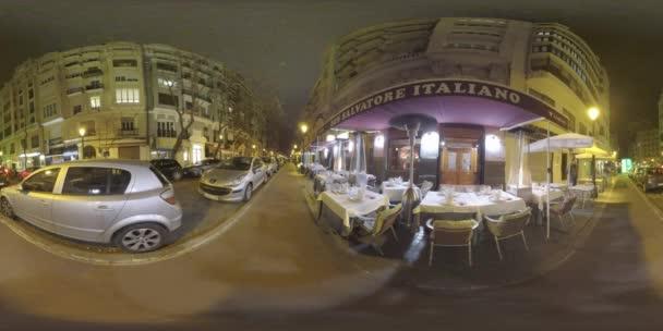 Valencia, Španělsko - Leden 13, 2018:360 Vr video. Noční pohled na malé město ulice s domy, auta parkující u a prázdné tabulky venkovní kavárny