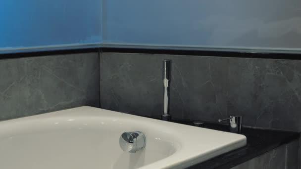 Fürdőköpeny elhelyezése a fürdőszobában