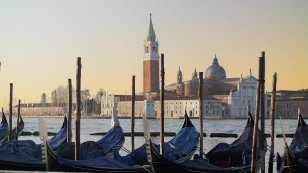 Kryté gondoly se houpat na vodě proti krásna benátském pohledu