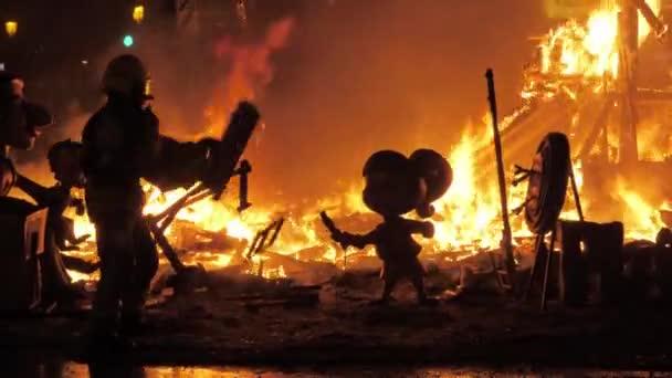 Hasič hoří v ohni La Cream na oslavě Fallas, Španělsko