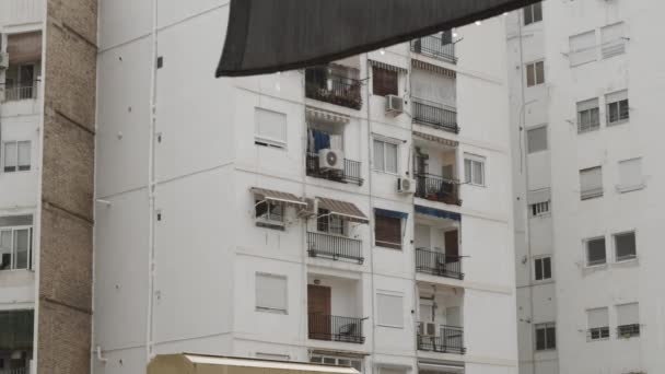 Blick auf den Wohnblock an trüben Regentagen