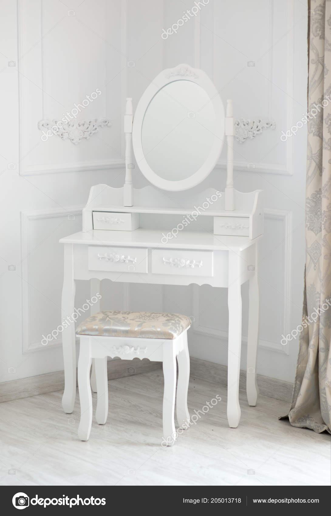 Tavolino Da Boudoir.Colpo Interno Boudoir Piccolo Tavolo Toeletta Con Specchio