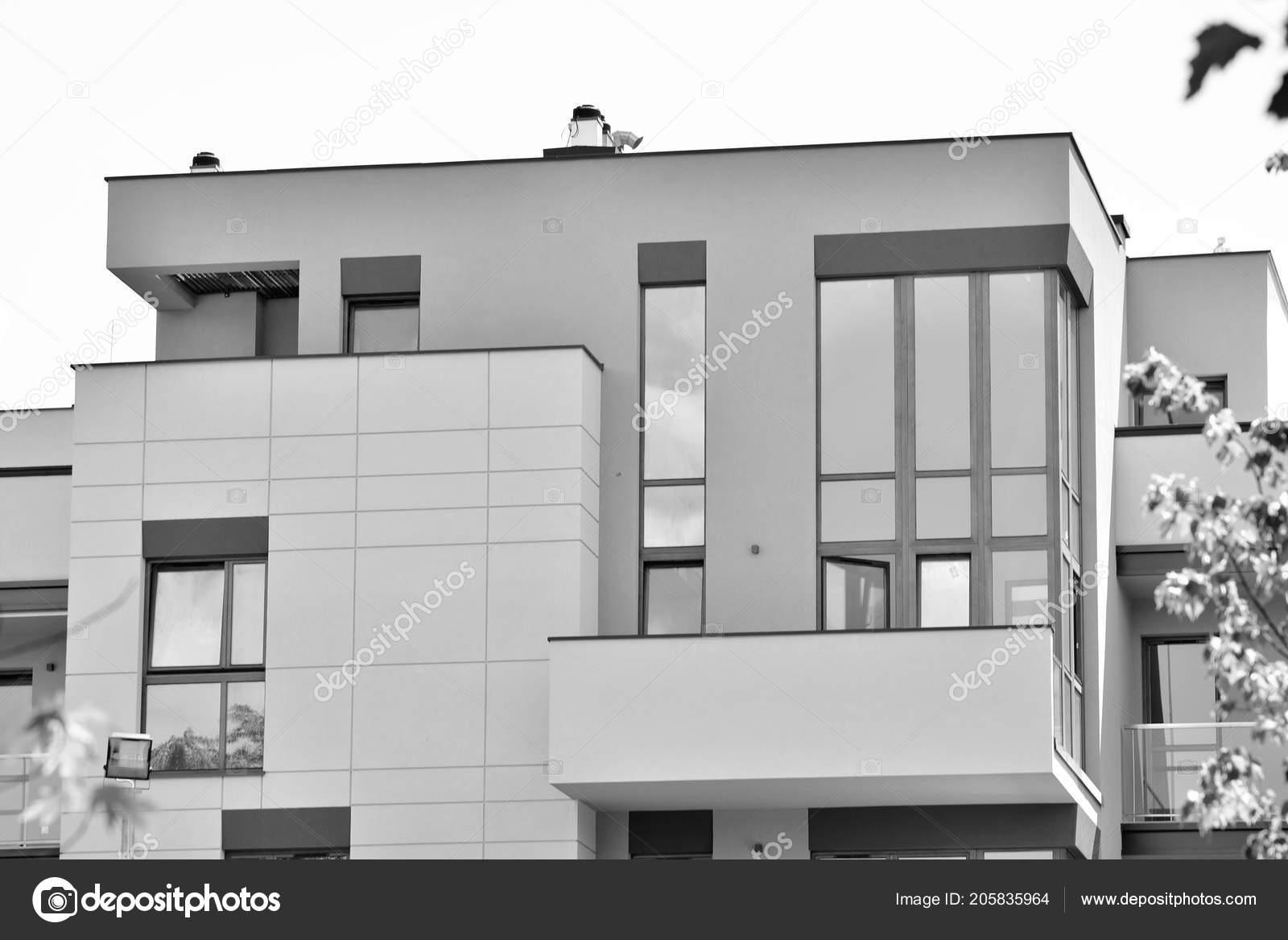Zwart Wit Appartement : Modern appartement gebouw buitenkant zwart wit u2014 stockfoto © grand