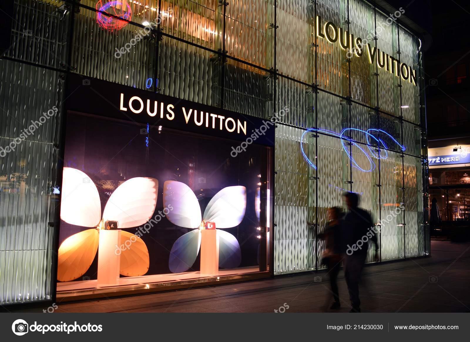6d207553fc7b Варшава Польша Сентября 2018 Года Знак Louis Vuitton Вывеска Компании–  Стоковая редакционная фотография