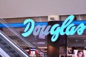 Varšava, Polsko. 13. března 2019. Arkadia shopping center. Podepište Douglas. Firma tabulkou Douglas.
