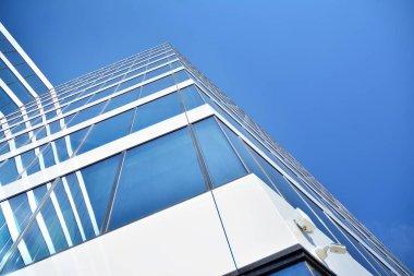 """Картина, постер, плакат, фотообои """"новое офисное здание в бизнес-центре. стена из стали и стекла с голубым небом. """", артикул 277588366"""