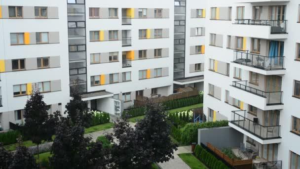 Regentag-Szene mit Wohnhaus-Hintergrund