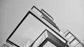 Detail nového moderního bytového domu. Černá a bílá.