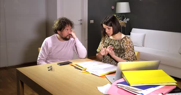 Žena mluví s manželem o finančních problémech