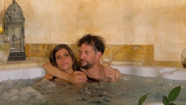 Šťastný pár v lásce ve vířivce s úsměvem na dovolené.
