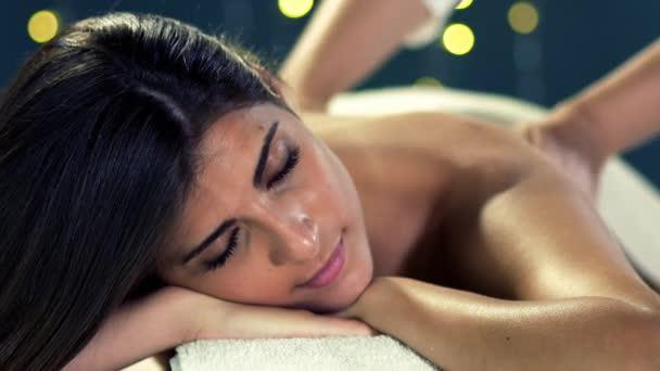 Krásná žena, relaxační, příjem masáž zad v lázních hotelu v dovolená