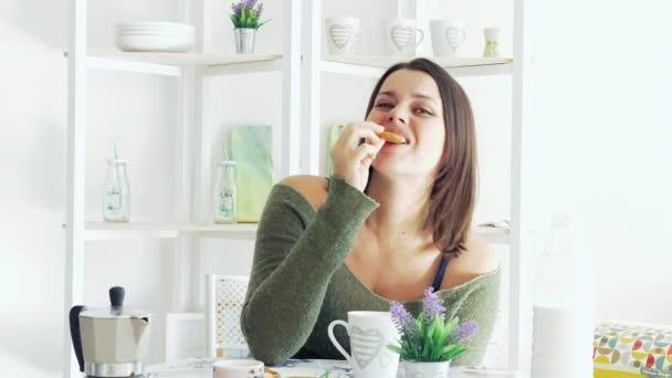 Gyönyöru boldog nő reggel a reggeli előtt ülve