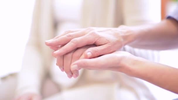 részleges kilátás nyílik a nővér, idősebb nő támogatása