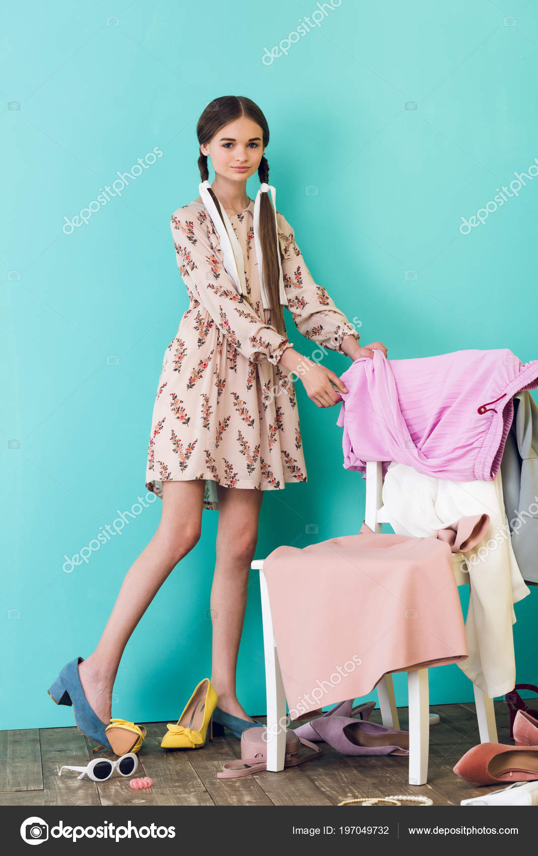 c523321751d6 Elegante ragazza teenager in stanza disordinata con scarpe e vestiti — Foto  di ...