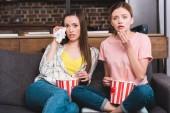 Fotografie zwei Freundinnen mit Eimer Popcorn Film auf Sofa zu Hause stören