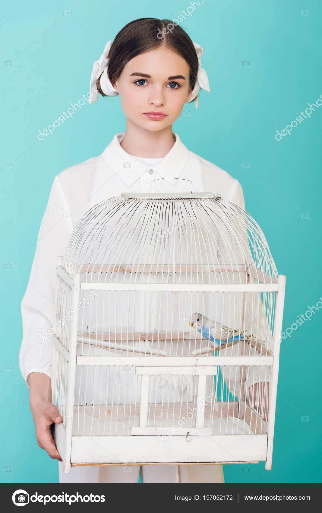 Teen κορίτσι μεγάλο μαύρο πουλί