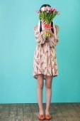 Fotografie stylová holka v letních šatech drží tulipány, modré