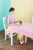 Fotografie Krásné dospívající jíst kaktus v jídelně, dietního konceptu