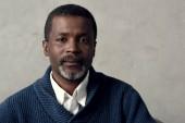 portrét Američan Afričana středního věku člověka při pohledu na fotoaparát