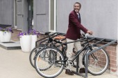 Fotografie Moderní americký obchodník s kolo na parkování pro jízdní kola