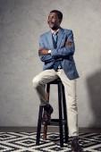 Fotografie reifer afroamerikanische Mann auf Stuhl sitzend