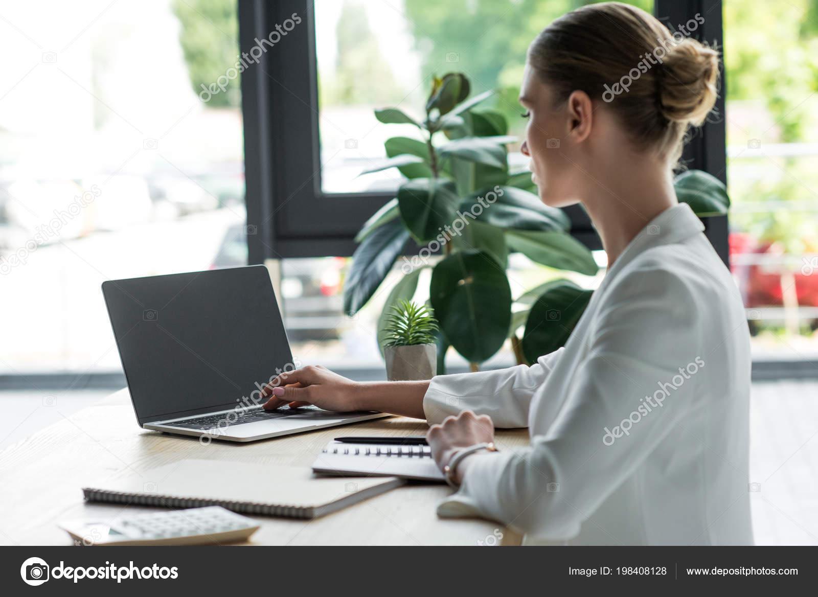 Картинка работа за компьютером девушка девушки на работе игра